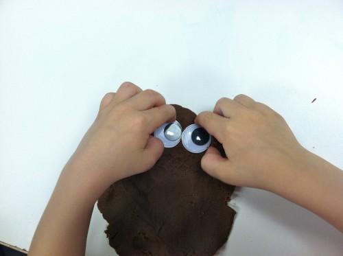 Jesus heals the blind man with mud playdough activitiy